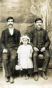 Assana con su padre Avedís a la izquierda
