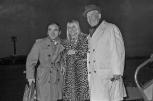Aznavour, su esposa y Maurice Chevallier