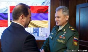 El titular de Defensa David Tonoyan saluda a Sergei Shoigu