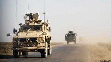 Blindados estadounidenses vigilan el área de Der el Zor, Siria