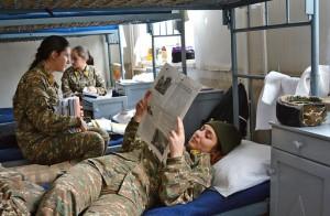 : Los cadetes tienen una hora libre después del almuerzo antes de reanudar las clases. Las mujeres tienen una sala especial, donde pasan el tiempo, hablan y escuchan música.