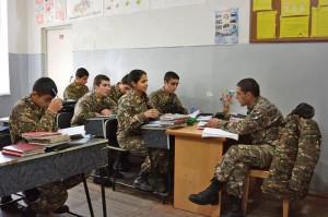 La academia sigue el plan de estudios del resto de los colegios secundarios del país, complementados con conocimientos militares. Aquí los estudiantes siguen la tradición soviética y estudian con un supervisor de cara al siguiente día de clases.