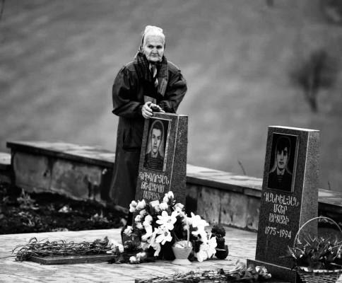 En el cementerio de Artsaj. Foto de Davit Hakobyan.