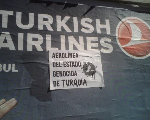 Intervención sobre el afiche de Turkish Airlines por parte de los jóvenes de la comunidad. Año 2010.